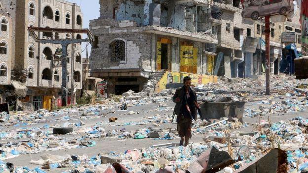 الحكومة اليمنية تقود مفاوضات لحسم معركة تعز... وتحركات إماراتية بمدن الساحل بالتنسيق مع نجل