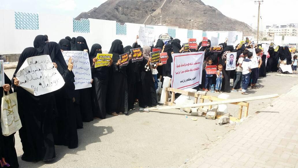 وقفة لأهالي معتقلين في سجن عدن تحمل الإمارات مسؤولية سلامتهم
