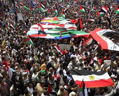 الغارديان: الأسباب التي فجرت الثورات العربية قائمة والأوضاع أكثر قابلية للانفجار من 2011