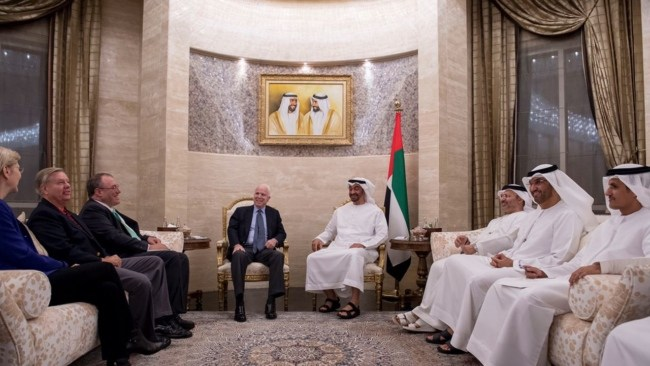 محمد بن زايد يستقبل السيناتور الأمريكي ماكين في أبوظبي