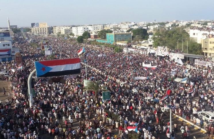 صحف إماراتية تروّج لمسيرة باليمن تطالب بالانفصال على أنها خرجت لشكر التحالف