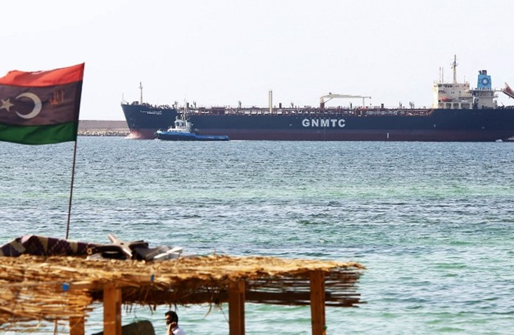 الغارديان: حفتر يسعى لإقناع الإمارات بشن غارات جوية لاستعادة