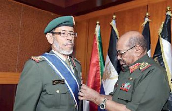 البشير يستقبل رئيس الأركان الإماراتي ويمنحه وسام النيلين