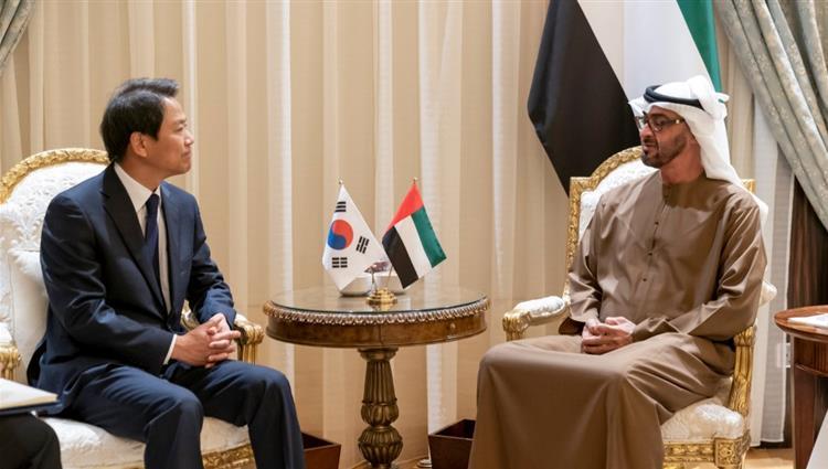 محمد بن زايد يبحث مع مبعوث رئيس كوريا الجنوبية تعزيز العلاقات بين البلدين