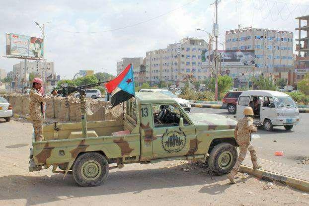 قوات مدعومة إماراتياً تقتحم مقرات حكومية شرقي عدن و تمنع مسؤولين يمنيين من دخولها