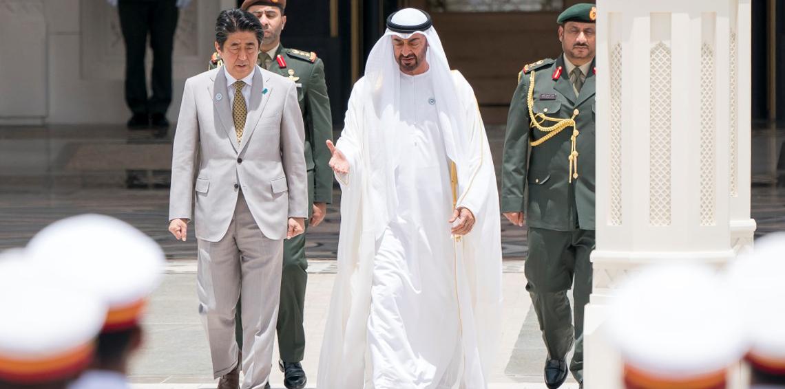 محمد بن زايد يبحث مع رئيس وزراء اليابان تعزيز العلاقات السياسية والاقتصادية