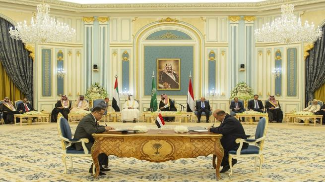 الحكومة اليمنية والانفصاليون الموالون لأبوظبي يوقعون محضراً لبدء تنفيذ اتفاق الرياض