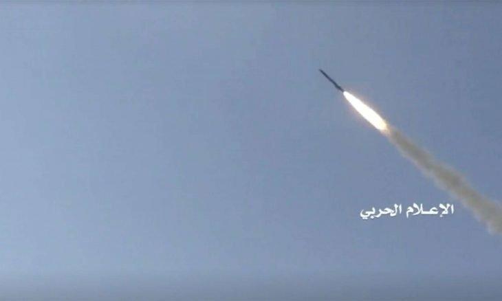 الحوثيون يزعمون إطلاق صاروخ باليستي على معسكر سعودي ووقوع عشرات الضحايا