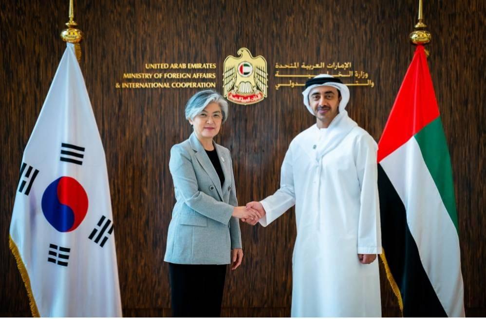 عبدالله بن زايد يبحث مع وزير خارجية كوريا الجنوبية تعزيز العلاقات بين البلدين