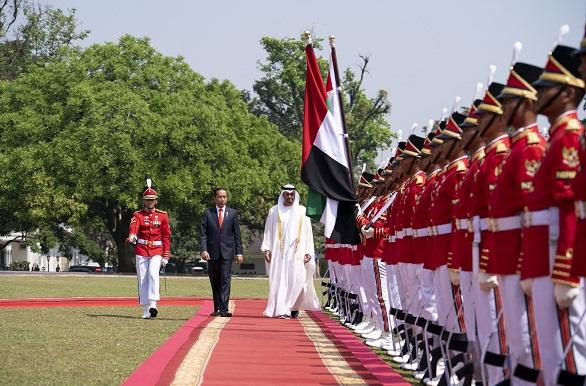محمد بن زايد يصل جاكرتا ويبحث مع الرئيس الأندونيسي العلاقات بين البلدين