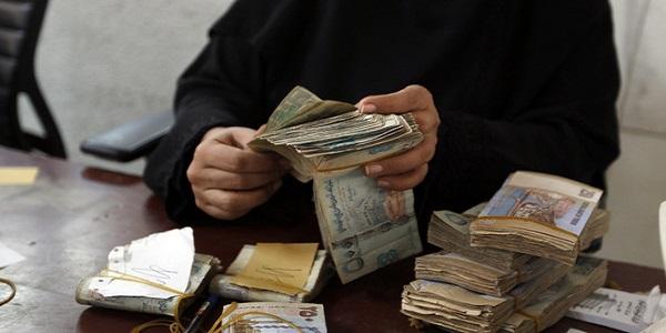 في إشارة إلى الإمارات...وزير يمني: هناك أطراف تقف وراء إنهيار العملة لإسقاط سلطة الرئيس هادي