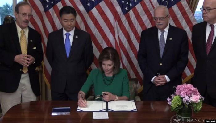 رئيسة مجلس النواب الأمريكي توقع مشروع قرار لمنع بيع الأسلحة للسعودية والإمارات