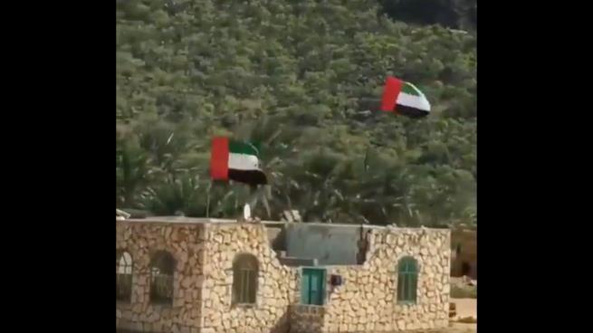 انتشار علم الإمارات في سقطرى يثير سخط اليمنيين