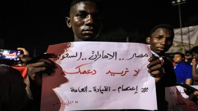 تصاعد تحركات أبوظبي والرياض والقاهرة لبسط النفوذ على المجلس العسكري في السودان