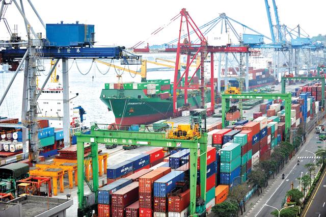 رويترز: انخفاض توقعات نمو الاقتصاد في الإمارات والسعودية