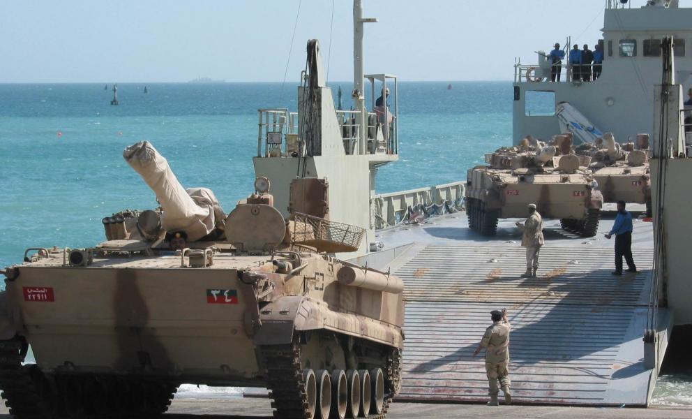 عشرات المدرعات الإماراتية تصل عدن وسط تحشيد عسكري سعودي