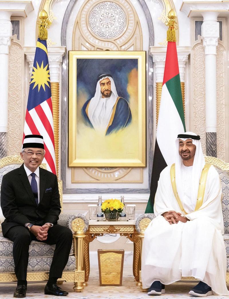 محمد بن زايد يستقبل ملك ماليزيا ويبحث معه العلاقات بين البلدين
