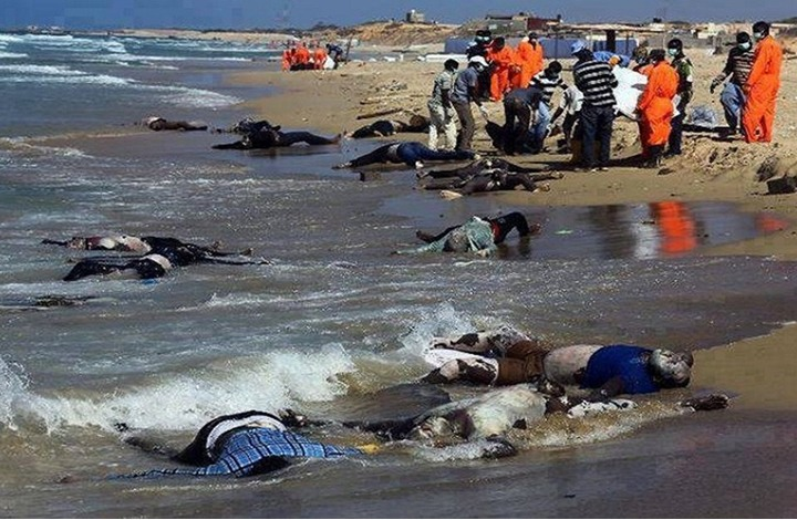 انقلاب قارب يضم نحو ٧٠٠ مهاجر قرب سواحل ليبيا